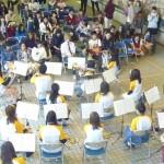 多くの来場者を前に演奏を披露する学生たち