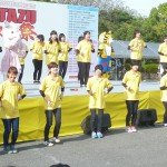 楽しい踊りを笑顔いっぱいに踊る学生たち