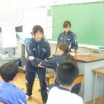 介助の仕方を紹介する学生たち