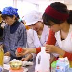 手際よく調理する受講者たち。出来栄えが楽しみです