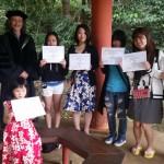 WCCの研修修了書を手に、記念撮影する学生たち