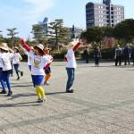 展示会の開催を祝って、ダンスパフォーマンスを披露する子ども学科の学生たち