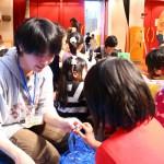 子どもたちの作業を手伝う学生たち