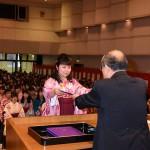 石川学長から卒業証書を授与される卒業生
