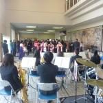 「栄光の架け橋」の演奏で、卒業生を送る器楽ゼミの学生たち