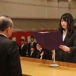入学生代表宣誓を行う三崎愛理さん