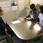 活動主旨を石川学長先生に説明する学生評議会議長山本さん、評議員篠原さん