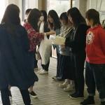 募金活動を行う学生評議員たち(2)