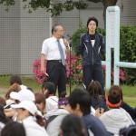 開会式 石川学長のあいさつ 右は実行委員長