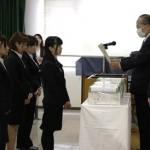 石川学長から表彰される学生たち