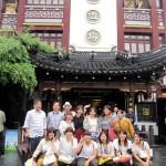 上海料理「緑波廊」の前で