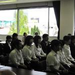 壮行会で石川学長から激励の挨拶があり、真剣に耳を傾ける学生たち