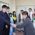 握手を交わす学生(1)
