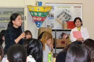 学生が講師の方に質問をしています