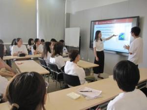 食品学院では英語での説明だったため、本学教員の大久保先生に通訳をしていただきました