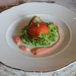 苺を使ったソースが鮮やかな前菜