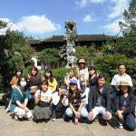 園内で最も有名な太湖石をバックに1枚